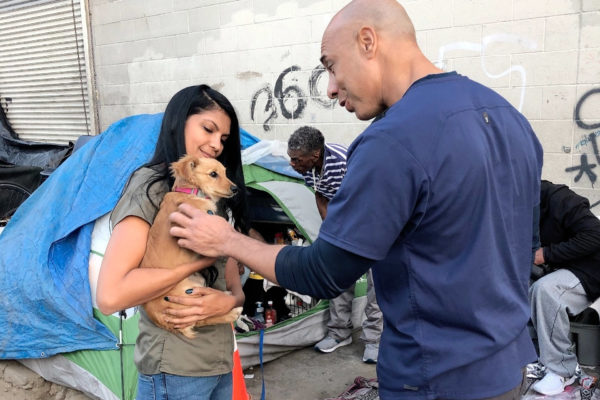 Veterinarian Gives Free Medical Care to Pets From Homeless People